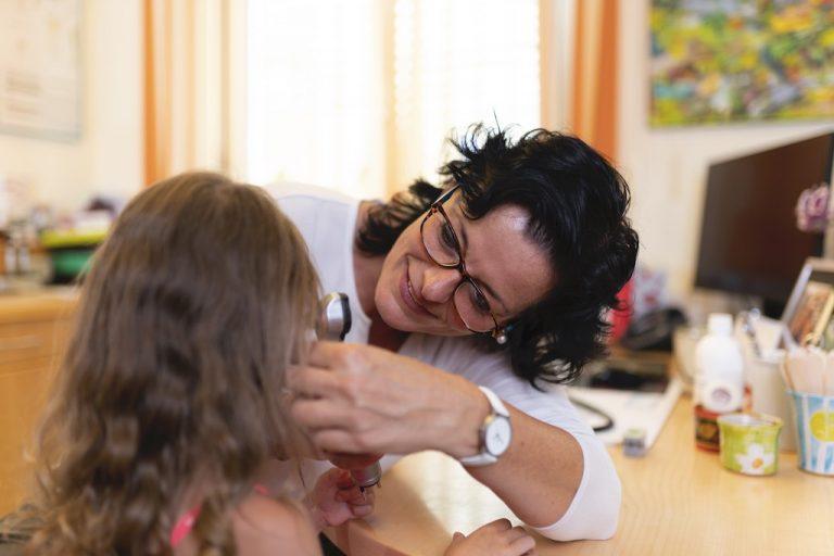 Ohrenuntersuchung eines Mädchens durch Frau Doktor Peggy Lampel in ihrer Ordination