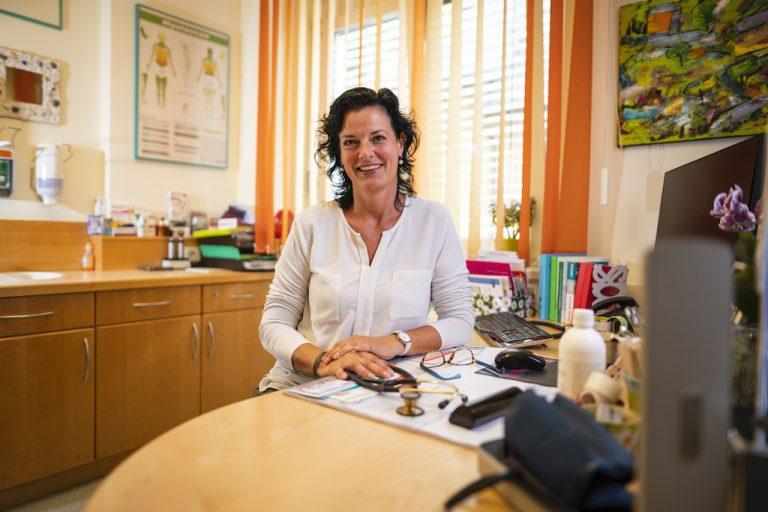 Ordination Doktor Peggy Lampel am Schreibtisch Foto ©gert_perauer
